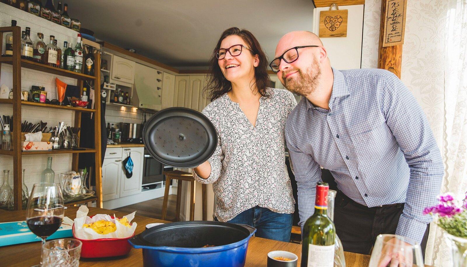 """""""Toit on meie kirg,"""" ütlevad Evely ja Tanel. Kirega suhtuvad nad kõigesse, mis toitu puutub: roogade lõhna ja maitsesse, välimusse ja serveerimisse. Äsja ahjust võetud lambakoot lõhnab igatahes mmmagusalt!"""