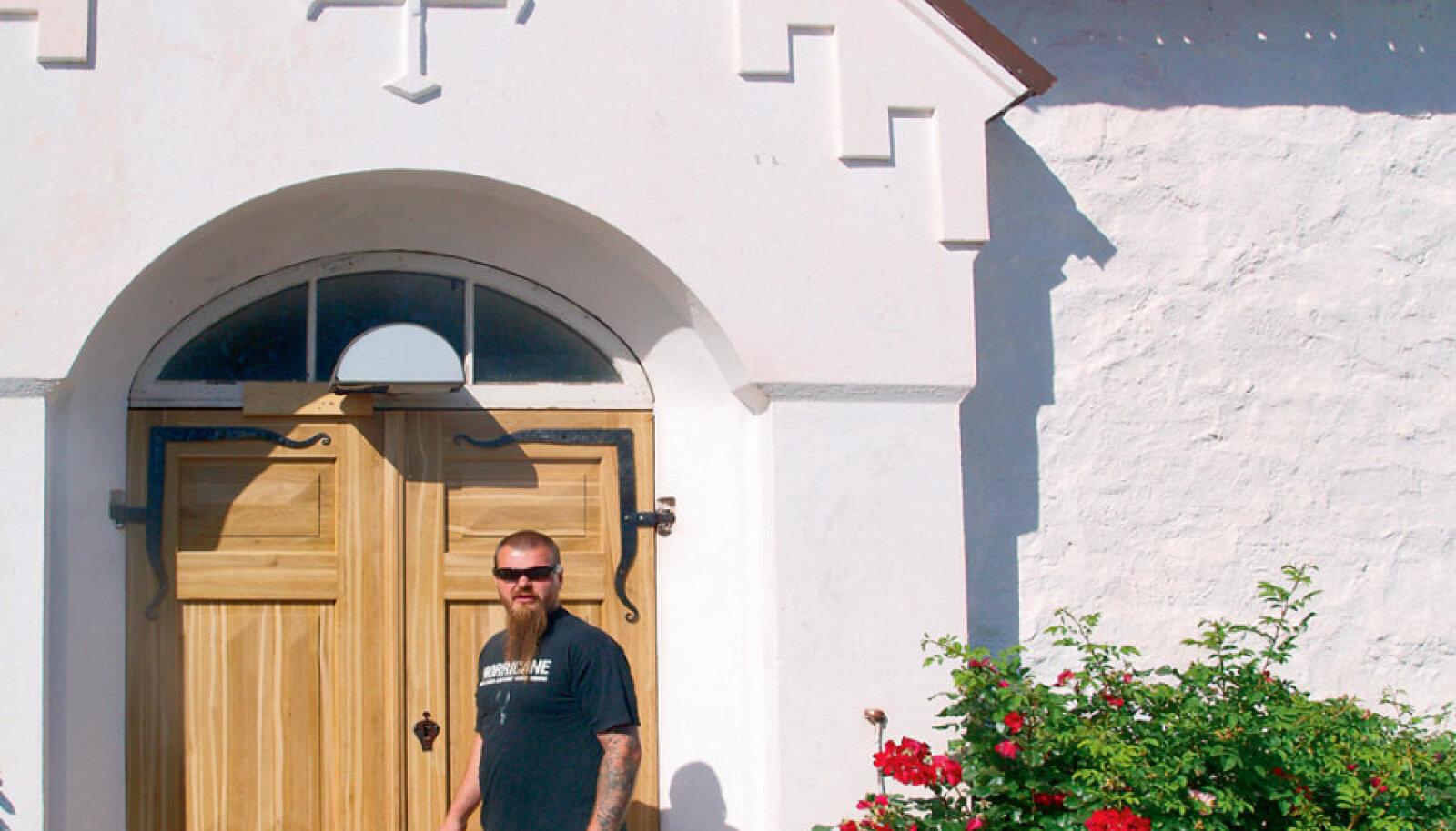 Jüri Evert sepistas Kökari kirikule uued uksehinged ning restaureeris sepistatud ukselukud. Nüüd on ta tellimusi saanud teistestki Ahvenamaa kirikutest.