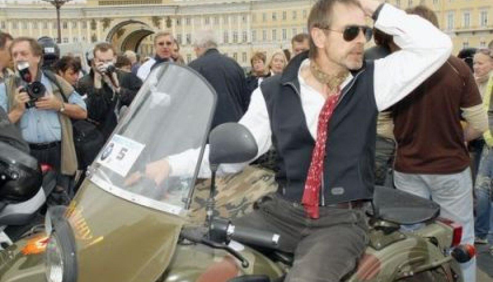 Jeremy Irons Peterburis mootorratta IMZ-Urali sadulas