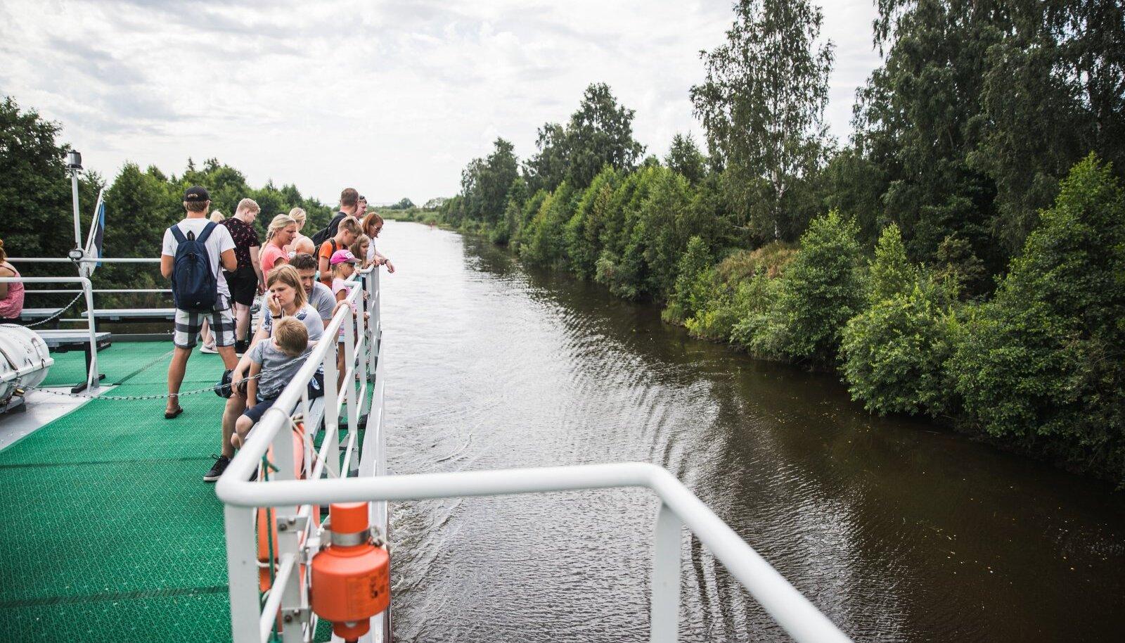 Piirissaare sadamasse saab saarel mööda kanalit.