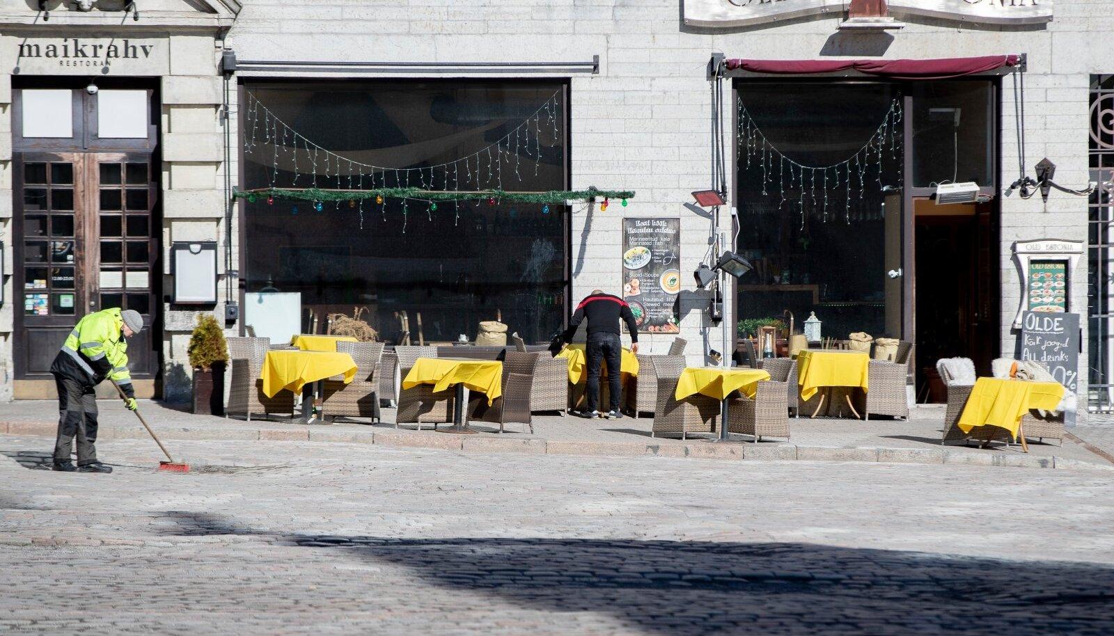 Tallinna vanalinna toidukohad ootavad pikisilmi luba väliterrasside avamiseks.