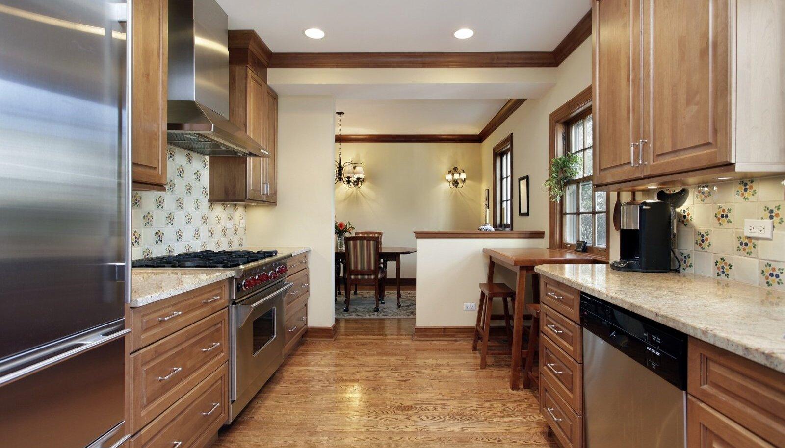 Kauni tekstuuriga vastupidav tammepuit sobib suurepäraselt mööbli valmistamiseks ja põrandaks.