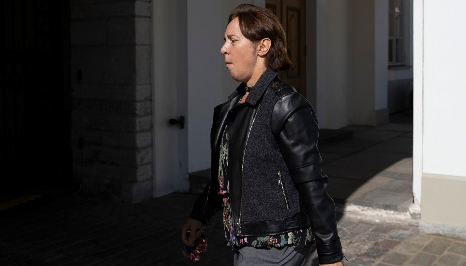 TEETORMAJA: ajakirjanikud püüdsid presidendivalimisteks riigikokku ilmunud Mailis Repsilt kriminaalasja kohta kommentaari saada, kuid endise haridusministri liikumiskiirus oli vähemalt sama suur kui tavalisel eestlasel kaubanduskeskuses LHV või Elisa müügimehi nähes.