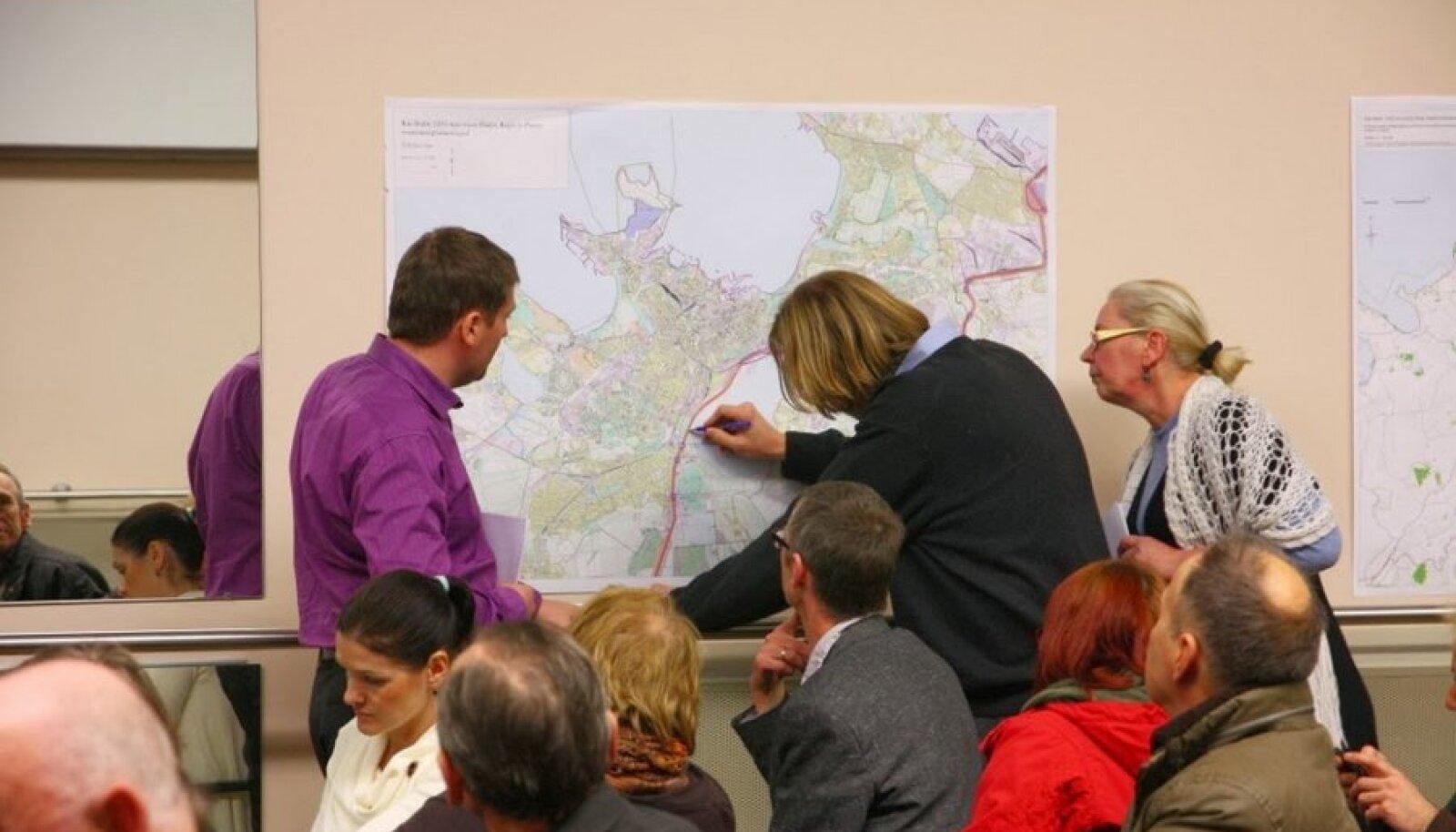 Indrek Luberg tegi ettepaneku, et võimalik Nõmmet läbiv trass võiks kulgeda ka mööda Ülemiste järve äärset metsa ning ületada Viljandi maantee elamupiirkonnast kaugemal.