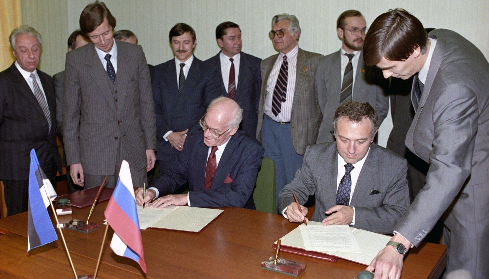 Леннарт Мери и Андрей Козырев подписывают договор