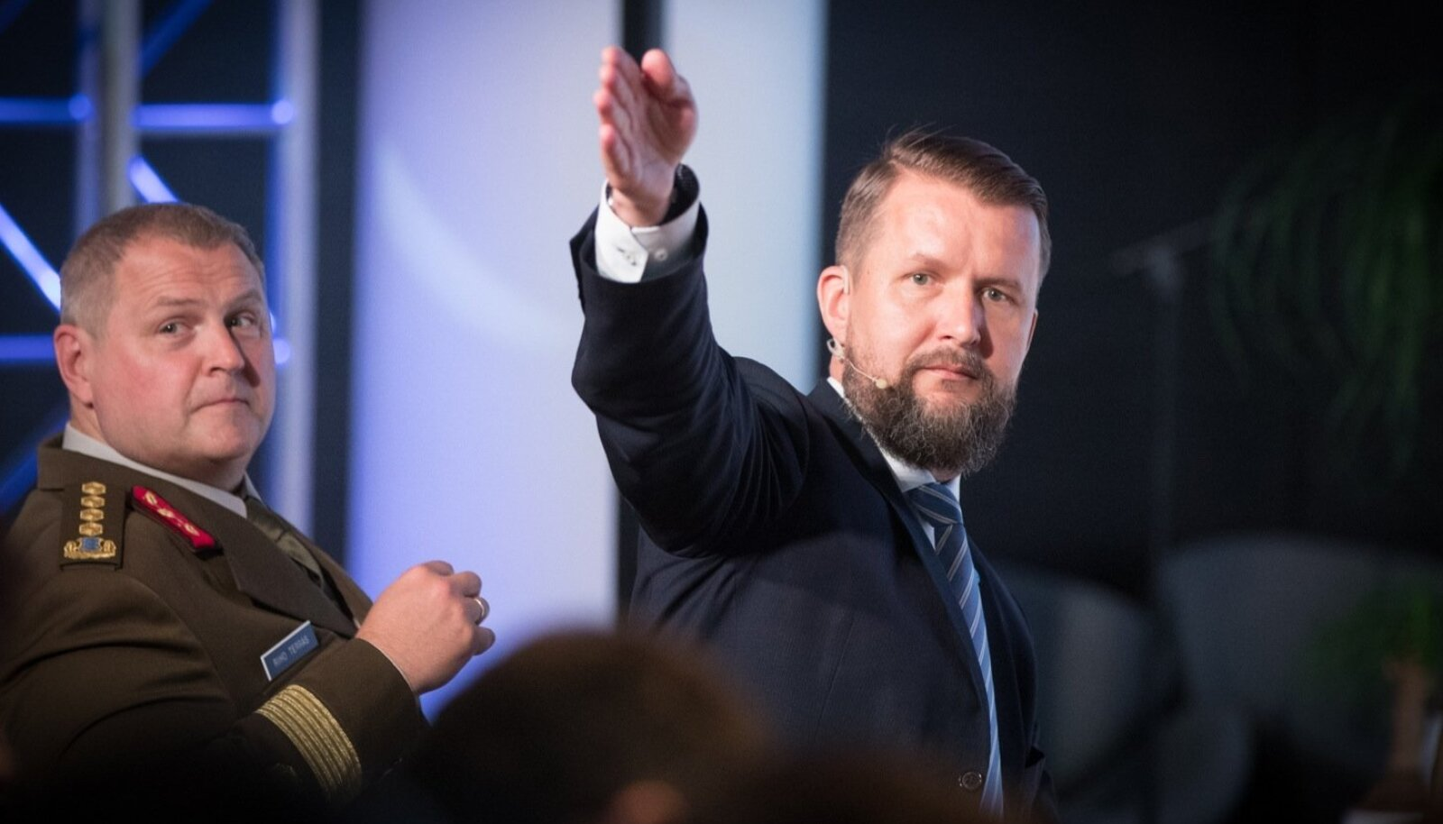NATO küberkaitsekeskuse juht Sven Sakkov (paremal) juhtimas küberkonfliktikonvernetsi CyCon.