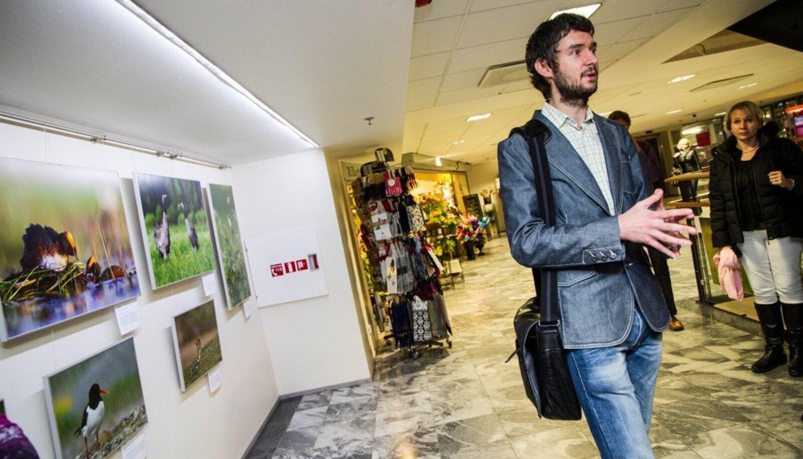 """Viru keskuses avati Remo Savisaare fotonäitus """"Imelised linnud"""" ja Rahva Raamatu kaupluses jätkus kohe raamatuesitlus """"Linnulaule- ja hüüde"""""""