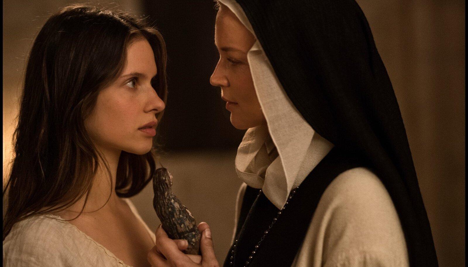 Seksistseenid on rajud ja paljastavad, abiks ka puust vorbitud Neitsi Maarja kuju, mida kasutatakse dildona.