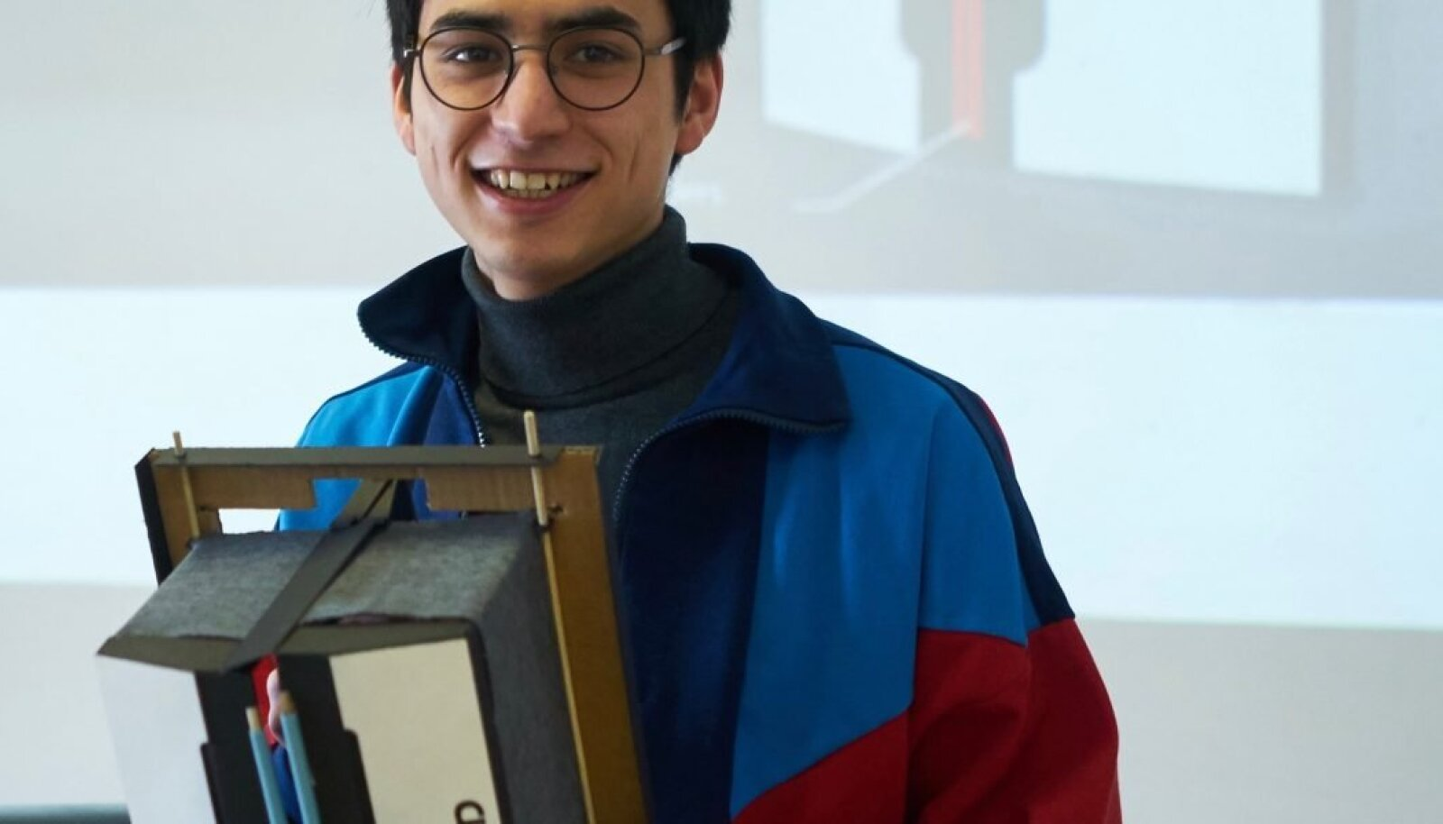 Enim Cleveroni poolt ette antud tehnilistele tingimustele vastava lahenduse püsivalt drooni küljes olevale pakikonteinerile töötas välja tootedisaini osakonna üliõpilane Julien Hac