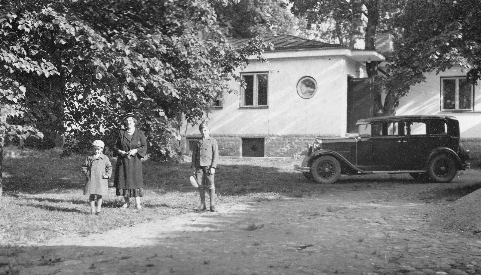 Insener Peterseni abikaasa Emma umbes 1935. aasta paiku lastega maja ees, mis nüüd kavatsetakse lammutada.