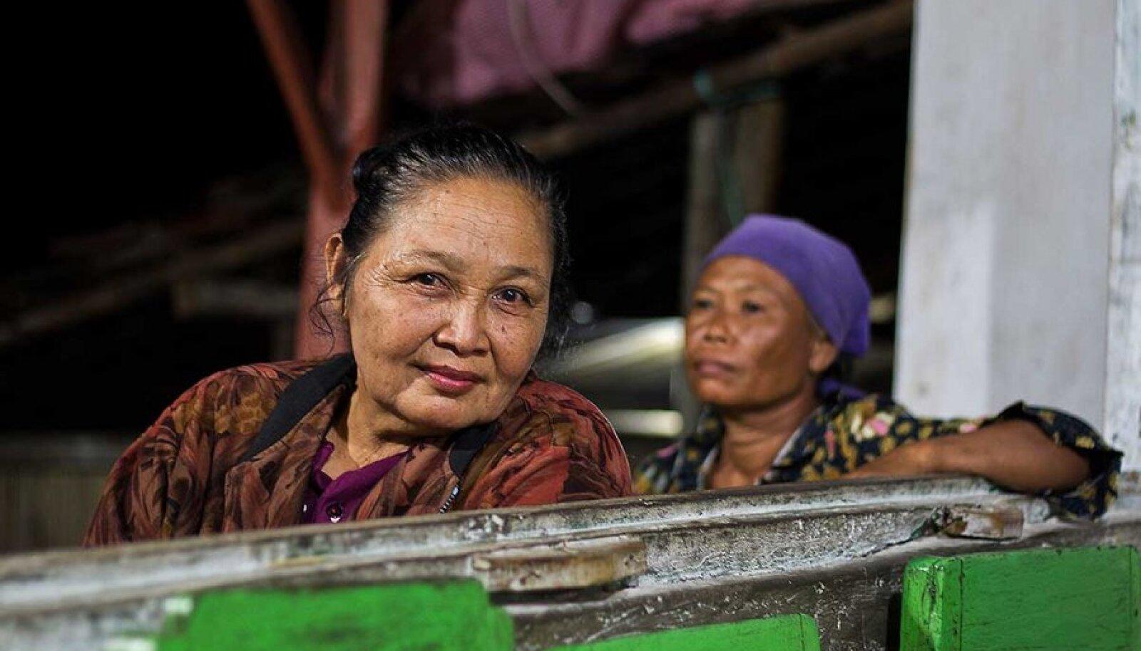 Kohvikupidaja kliente ootamas:Gunung Kemukuse mäele tunglev rahvahulk pakub kohalikele tõhusat teenistust.
