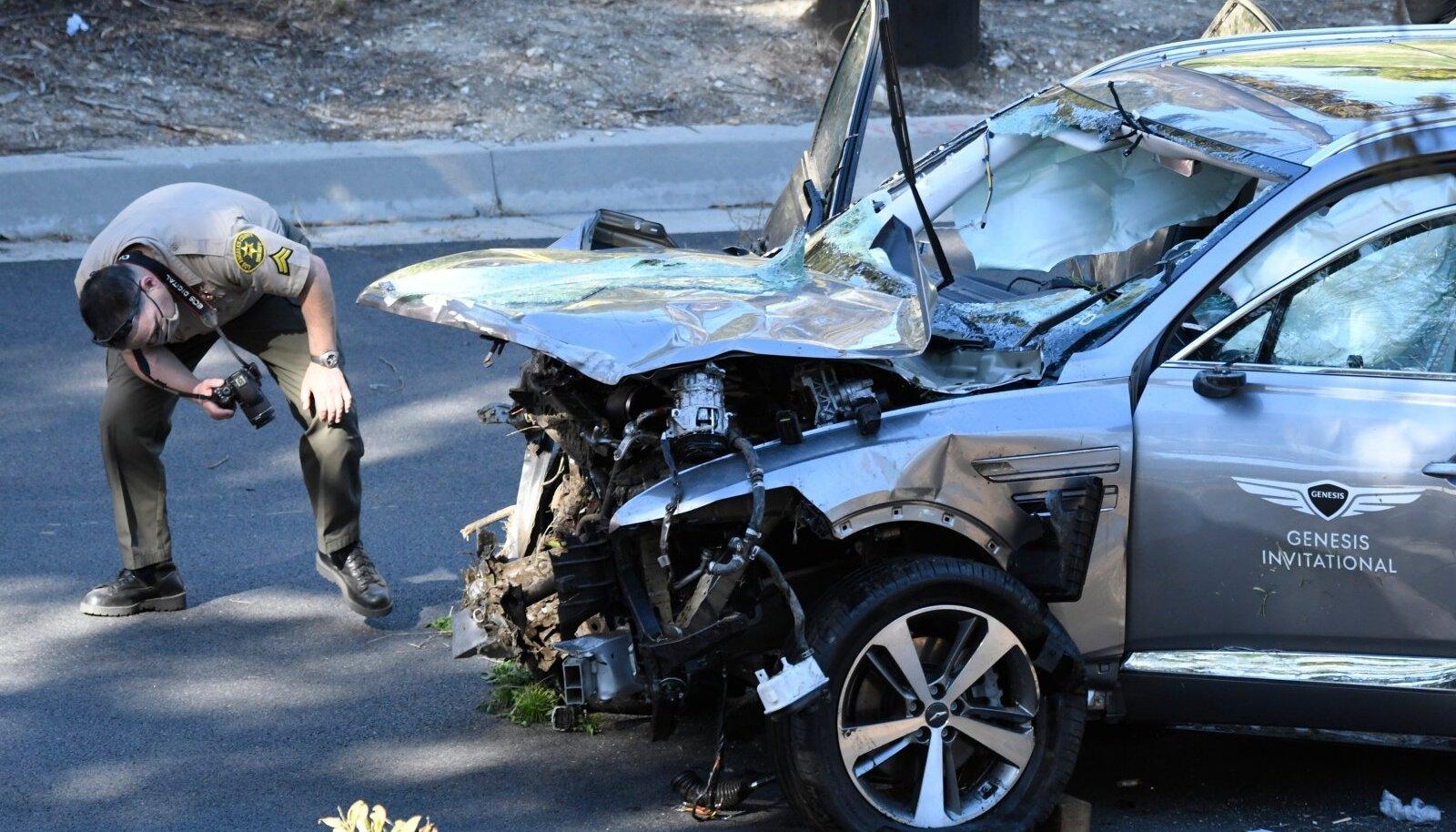 Tiger Woodsi auto pärast avariid.
