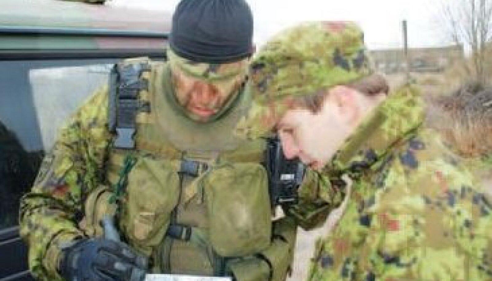 Õppuste plaani uurivad leitnant Lauri Teppo (vasakul) ja nooremleitnant Oliver Tsarski. Abiks on raketibaasi kaart. Foto: Allar Viivik