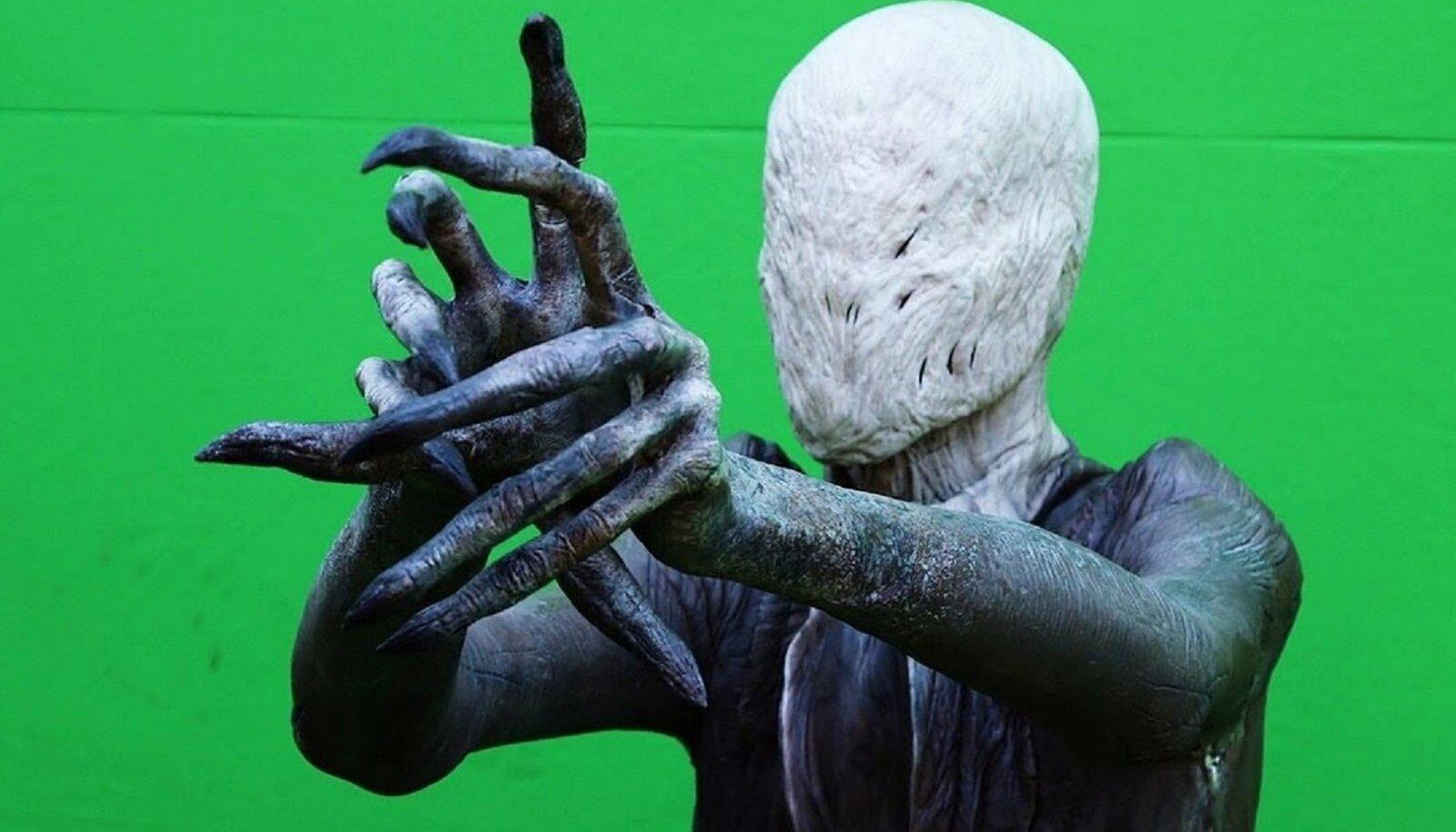 """""""Slender Man"""" - rohelisel taustal näeb ta tõesti õudne välja, filmis aga mitte."""