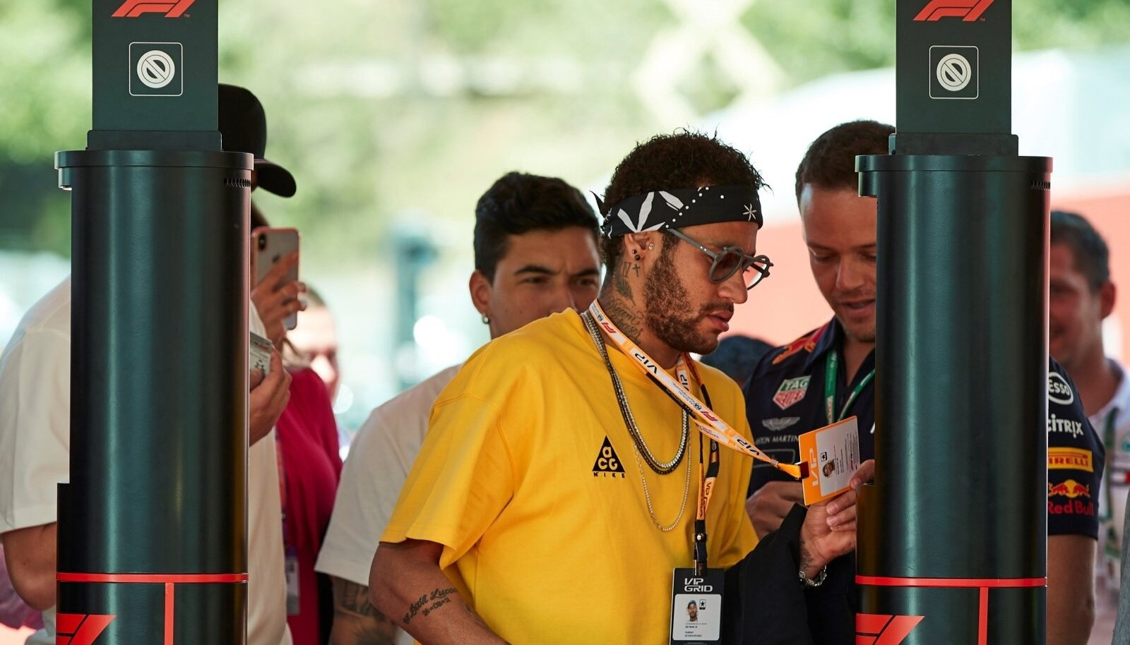 F1 hooldusalasse sisenedes pidi Brasiilia vutiäss Neymar oma kaelakaardi läbi piiksutama nagu kõik teisedki.