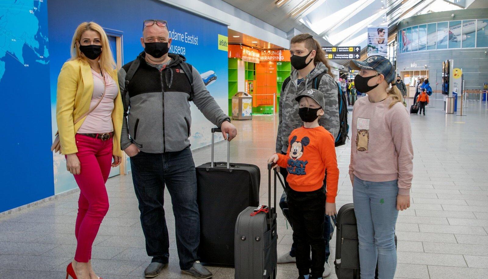 """Элли и Меэлис улетели с тремя детьми на неделю в Турцию. """"Младшие дети первый раз летят на самолете""""."""