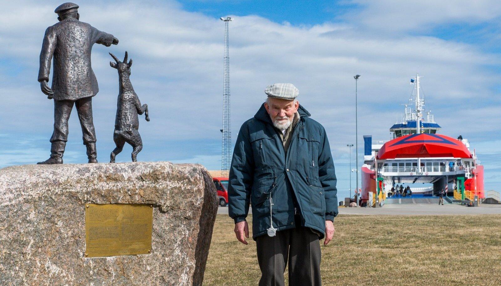 """Heltermaa sadamahoone vastas suurel kivirahnul seisab Simson von Seakylli ja Paul Männi skulptuur """"Vanamees kitsega"""". Mehe prototüübiks on Tõnu Otsason."""