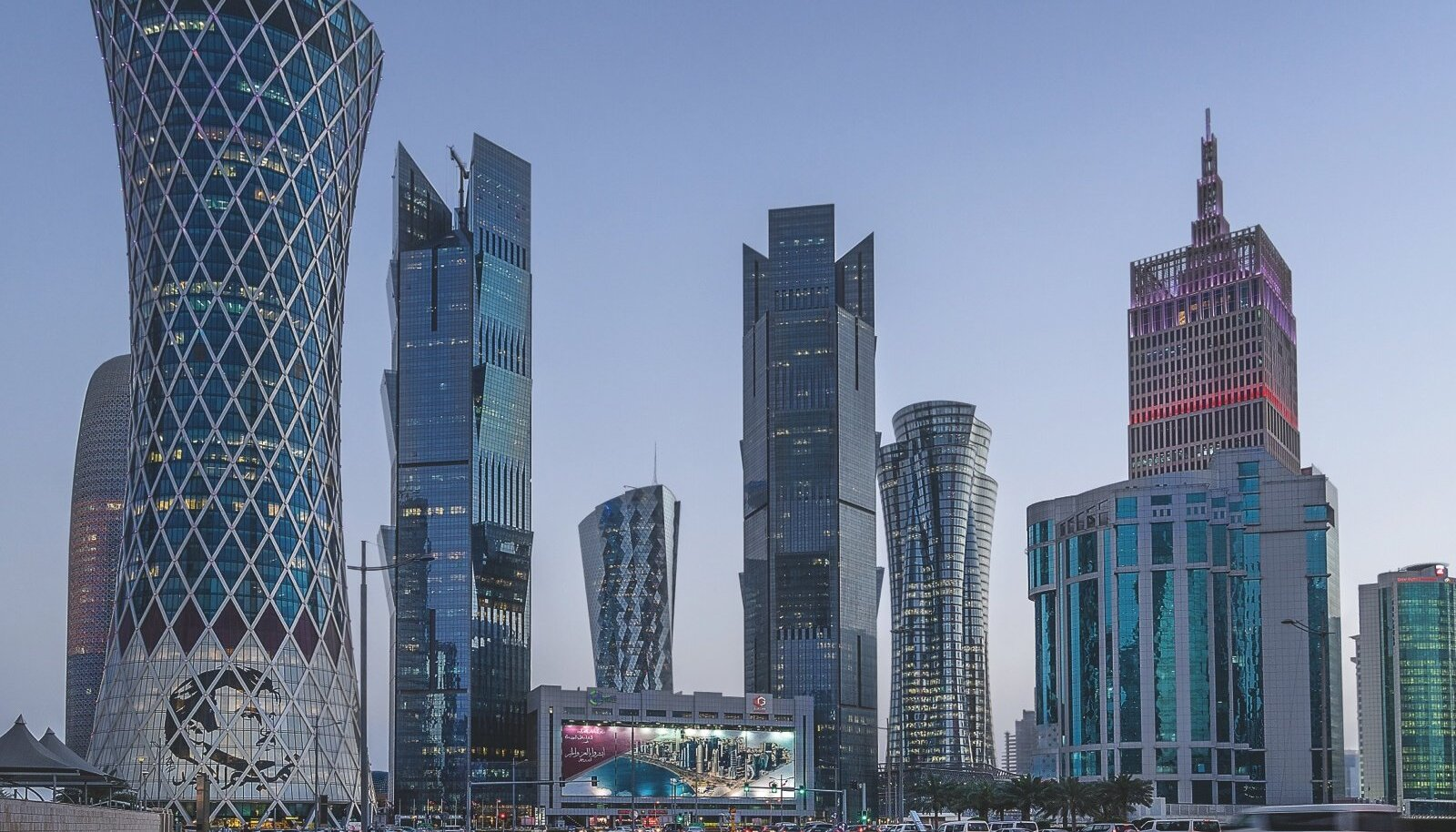 Gaasifirmad, pangad, residentsid. Katari loodusvarad kasvatavad jõudsalt pilvelõhkujaid Dohas.