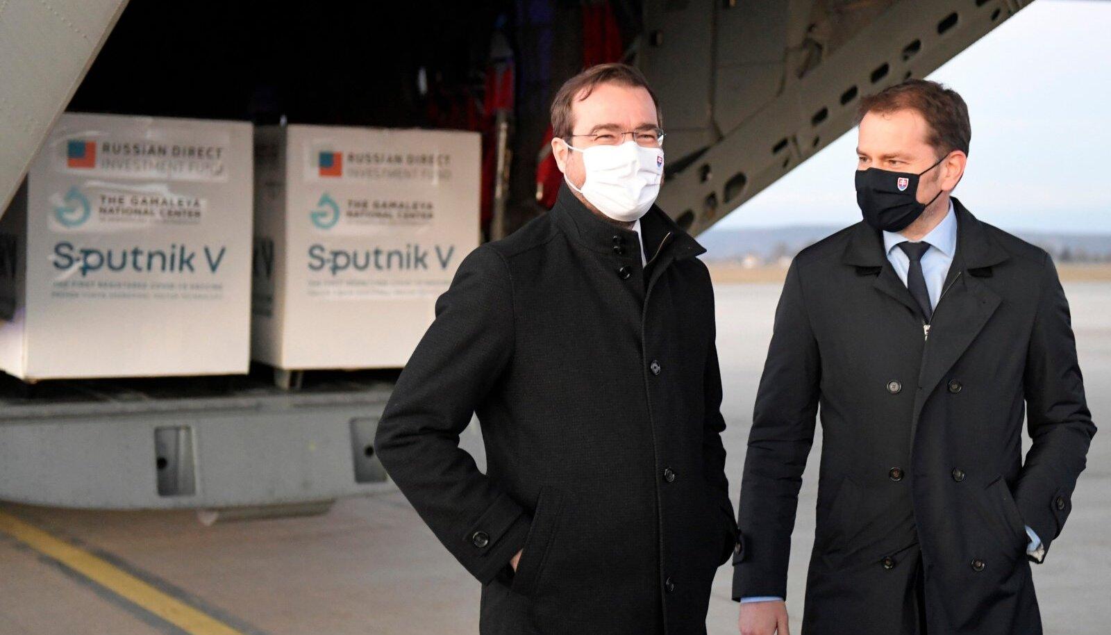 Terviseminister Marek Krajčík (vasakul) ja valitsusjuht Igor Matovič neile ametikoha maksnud Sputniku vaktsiinilastiga