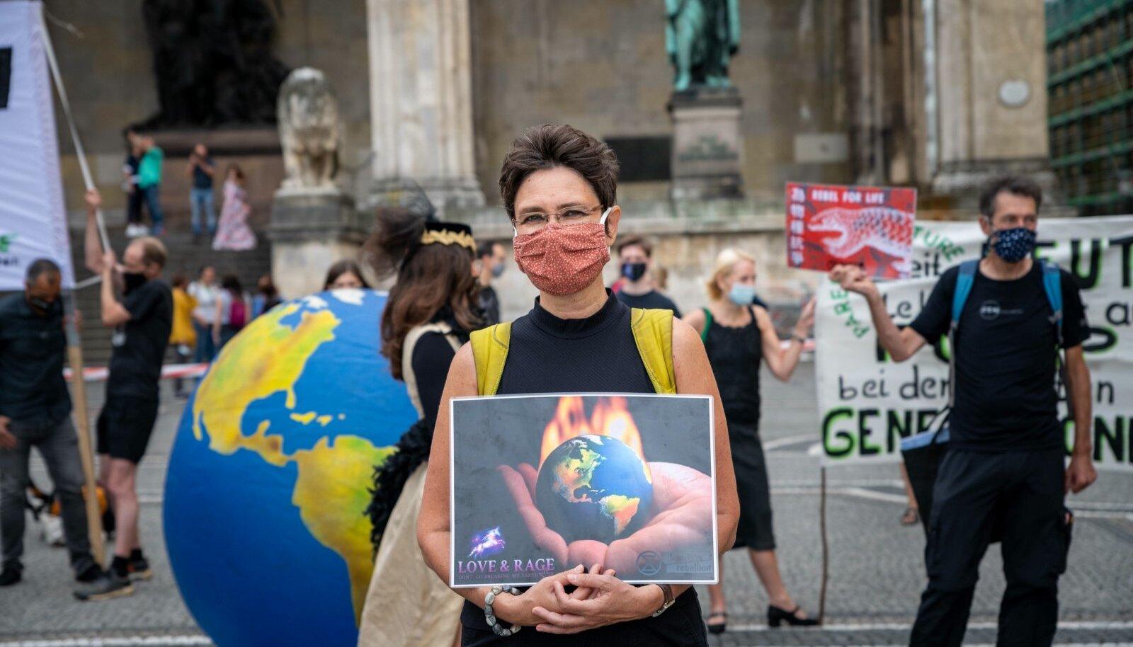Igal aastal korraldavad keskkonnasõbrad ületarbimispäeval suurlinnades meeleavaldusi, et loodusressursside liigtarbimisele tähelepanu tõmmata.
