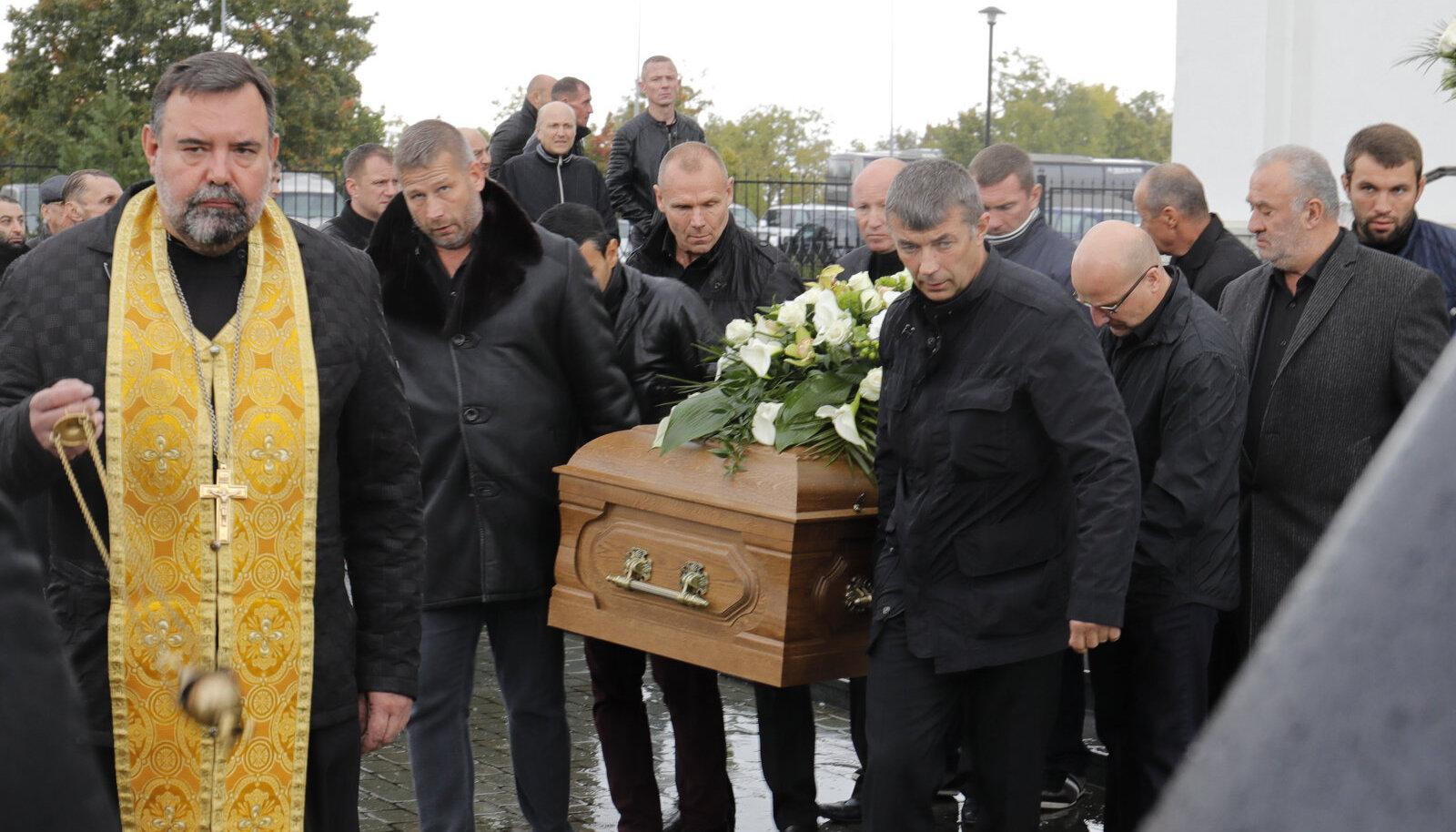 Nikolai Tarankovi matustel kandis teiste seas kirstu ka Toomas Erm Wilson (vasakult esimene kandja)