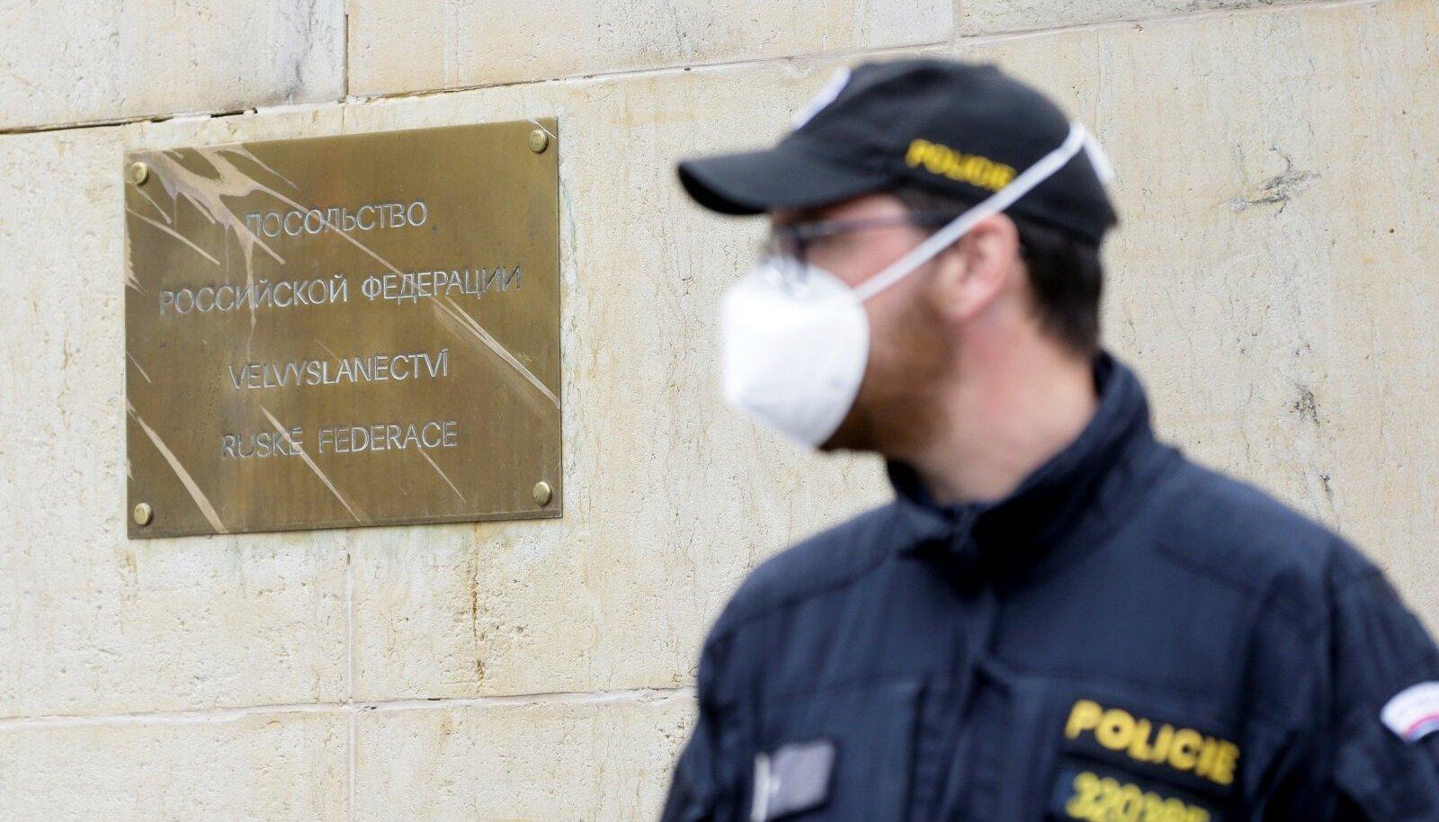 Praha politseinik turvas pühapäeval meeleavalduse ajal Vene saatkonda.