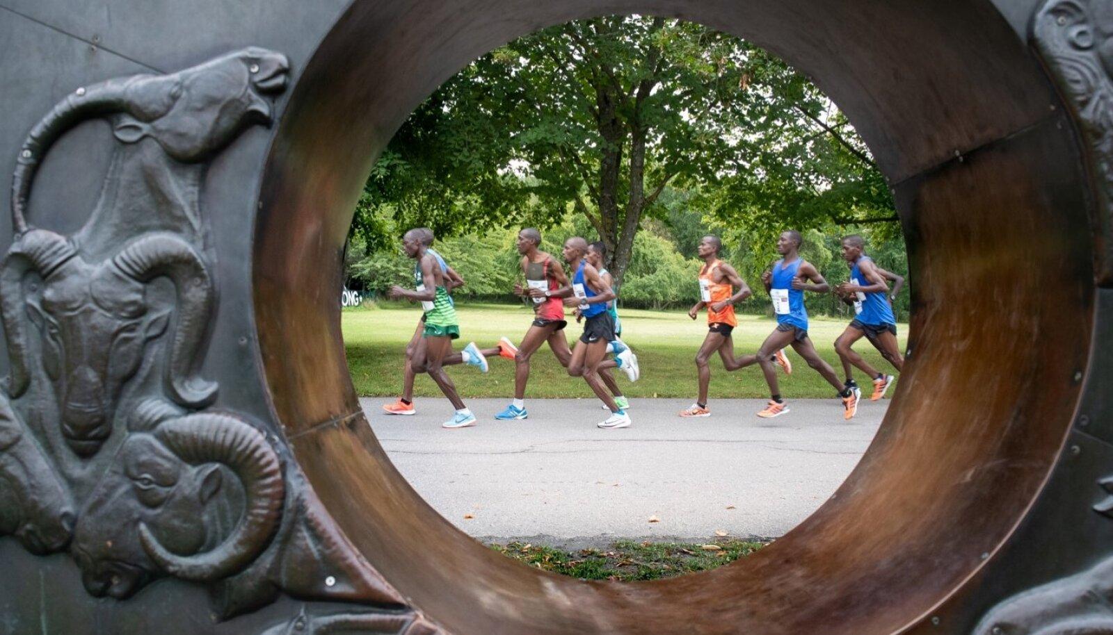 Tallinna maraton kulges tänavu esmakordselt läbi loomaaia.