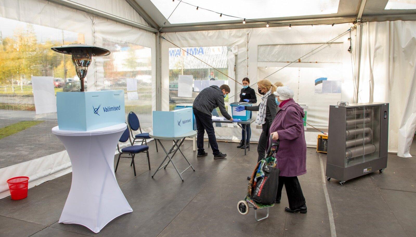 Põhja-Tallinna valimisjaoskonnas nr. 86 oli keskpäeval, kui see avati, juba hääletajate järjekord ukse taga.