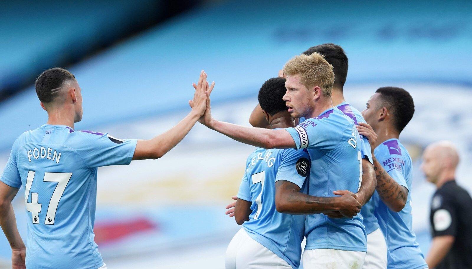 Phil Foden ja Kevin de Bruyne tähistavad koos teiste City mängijatega väravat