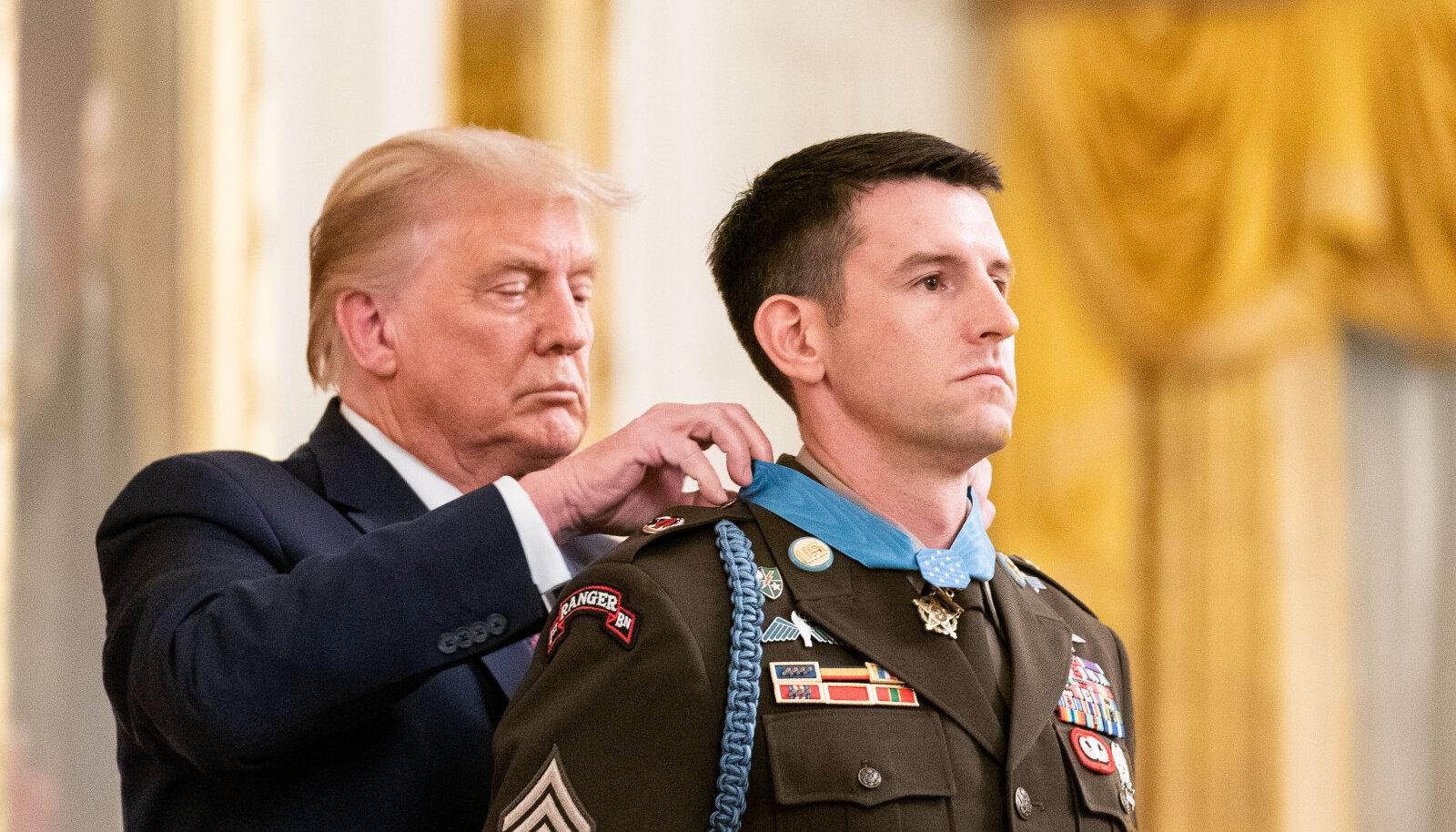 Дональд Трамп награждает американского солдата медалью за мужество