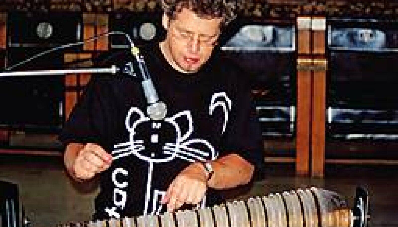 TEEB KLAASJAT HELI: Thomas Bloch klaasharmoonikat mängimas. PEETER VÄHI