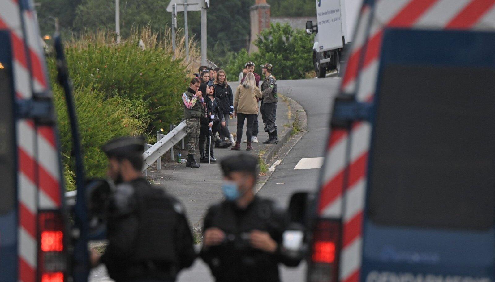 Prantsusmaal ebaseaduslikule reivile kogunenud pidulised.