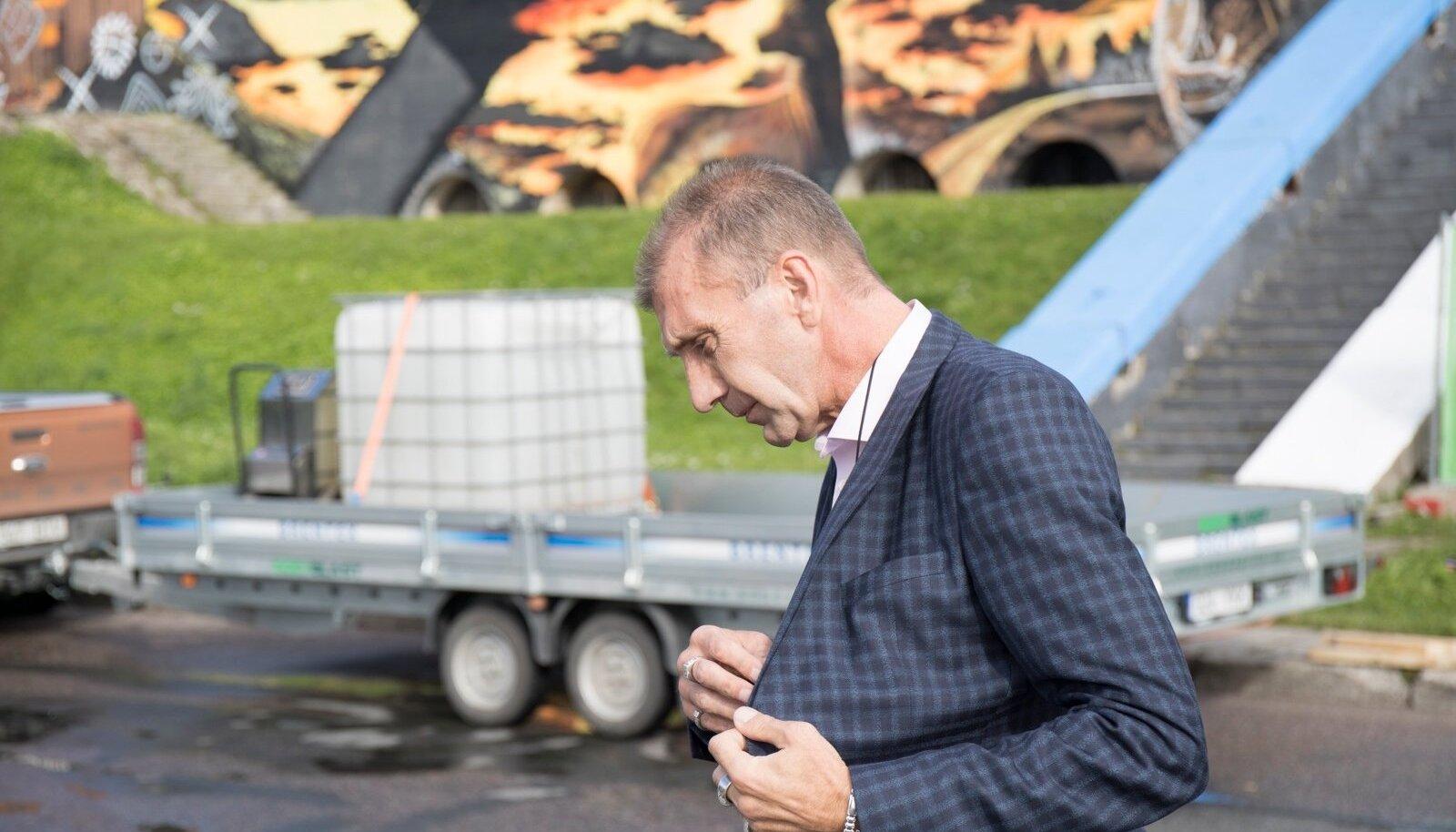 Märt Sults Linnahalli seinamaalingu juures.