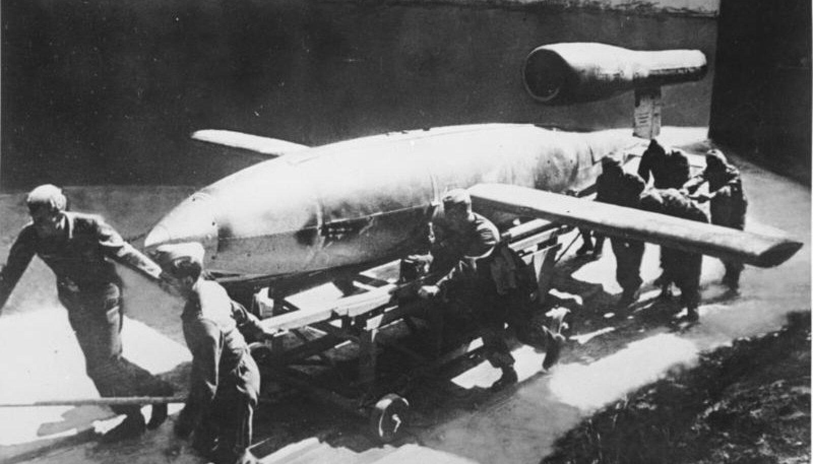 V1 rakett viiakse stardipaika. Foto: Bundesarchiv