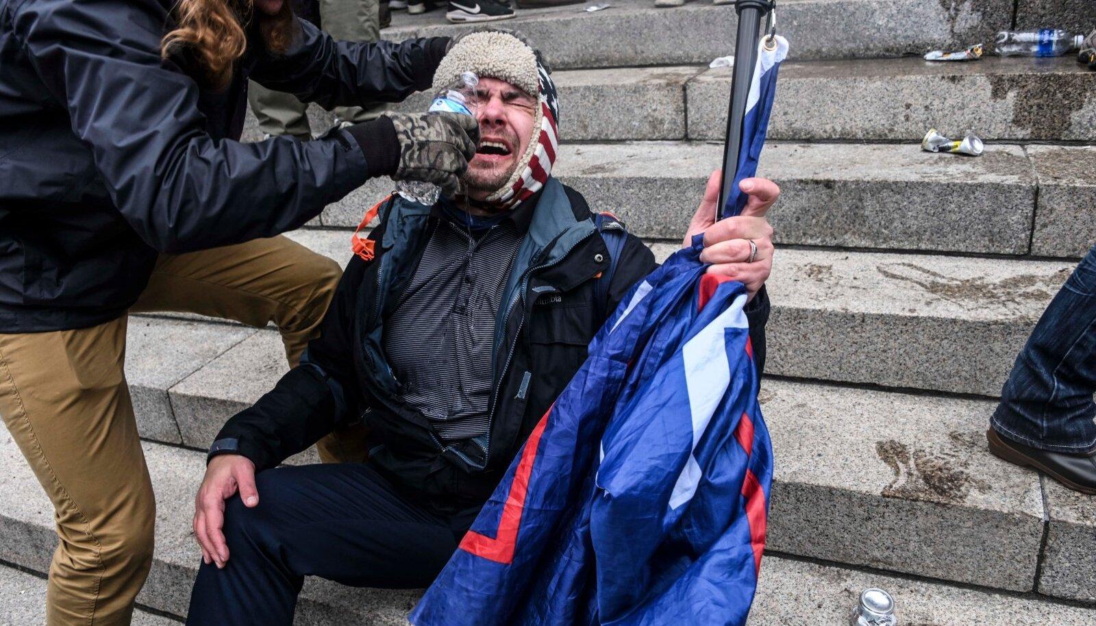 RASKE ON: Politseilt annuse pisargaasi näkku saanud Kapitooliumi vandaalitseja tagajärgedega tegelemas