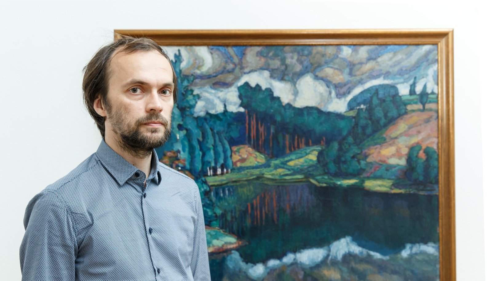 Eero Epner Konrad Mägi maali taustal