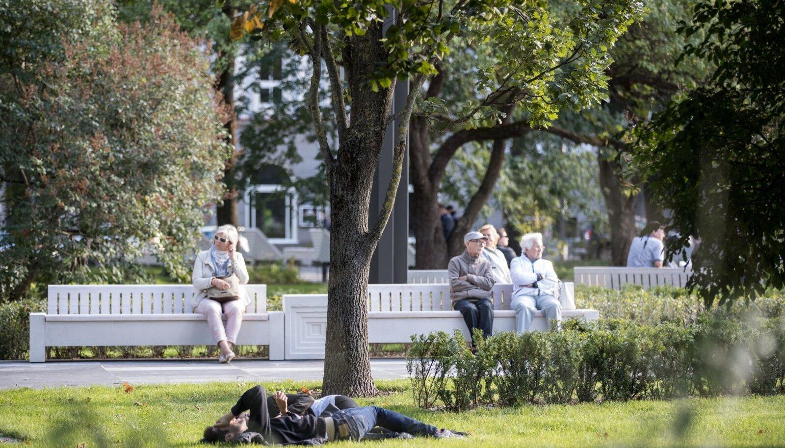 On meeldivaid erandeid. Tallinna Tammsaare park sai uue kuue ja seal on märgata varasemast rohkem inimesi aega veetmas.