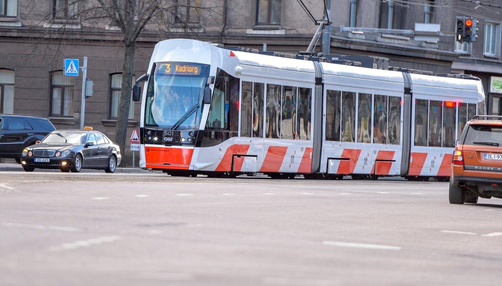 Müügist saadud raha eest ostetu vurab praegu Eesti teedel: Tallinnas on näha Hispaaniast saadud moodsaid tramme.