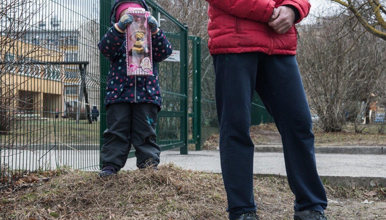 Üksikisa lapsega Lasnamäe Laagna Rukkilille lasteaias