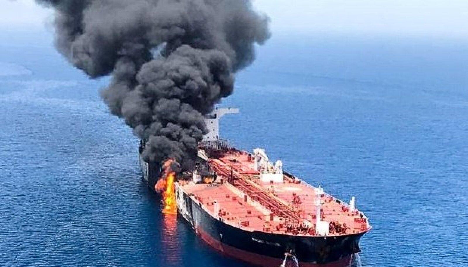 Üks Omaani lahel plahvatuse läbi teinud tanker