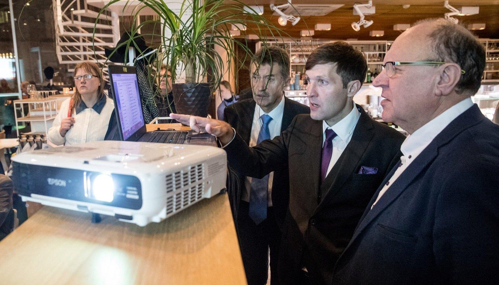 Martin ja Mart Helme tutvuvad valimistulemustega