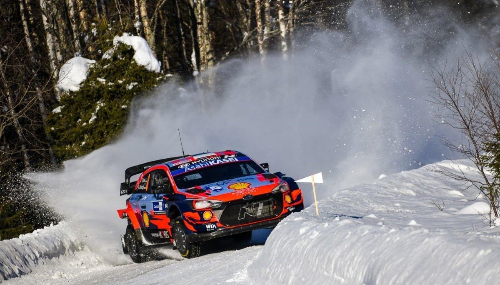 Ott Tänak ja Martin Järveoja kihutasid Põhja-Soome kõrgete lumehangede vahel esikohale.