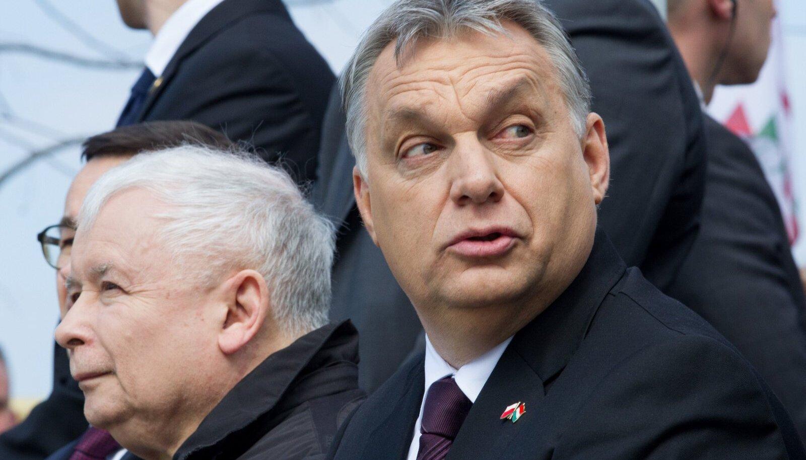 MÕTTEKAASLASED: Jarosław Kaczyński (vasakul) ja Viktor Orbán on seisnud nn illiberaalse demokraatia eest, ent põrkuvad nüüd Euroopa Liidu liberaaldemokraatliku reaalsusega.