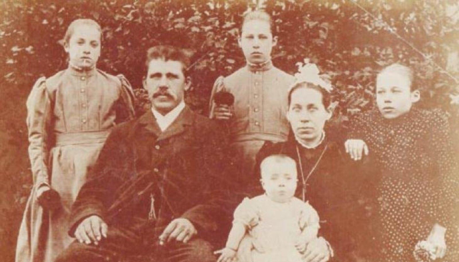 Säilinud on foto perekond Mühlbergist 1902. aastal. Pildil vasakult: Rosalie Mühlberg (11), Johannes Mühlberg (41), Olga Mühlberg (14), Pauliine (42) koos aastase Rudolfiga, Adeele (16).