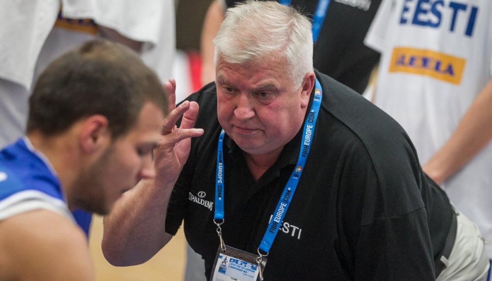 Andres Sõber rääkimas Eesti-Gruusia U-20 mängul Martin Paasojaga.