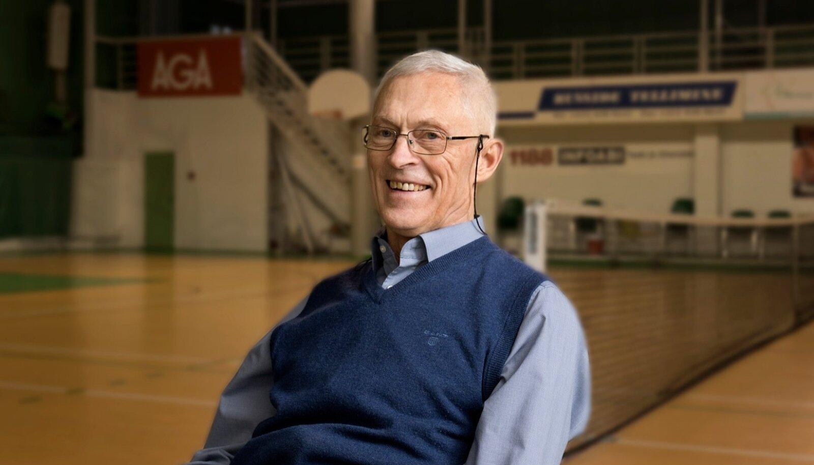 """""""Ei jookse me enam midagi, jah. Pigem kulgeme,"""" naerab paljude arvates Eesti kõigi aegade parim korvpallur Priit Tomson, kui kaks korda nädalas Kadaka spordihallis toimuvaid veteranide korvpallitreeninguid kirjeldab."""