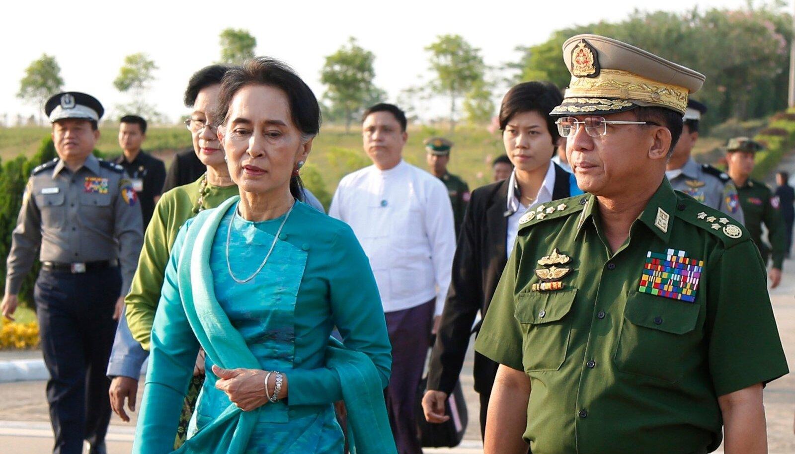 Aung San Suu Kyi 2016. aastal Myanmari pealinnas Naypyitaw's koos relvajõudude ülemjuhataja Min Aung Hlaingiga. Väidetavasti jäi populaarne Aung San Suu Kyi kindrali võimuambitsioonidele ette.
