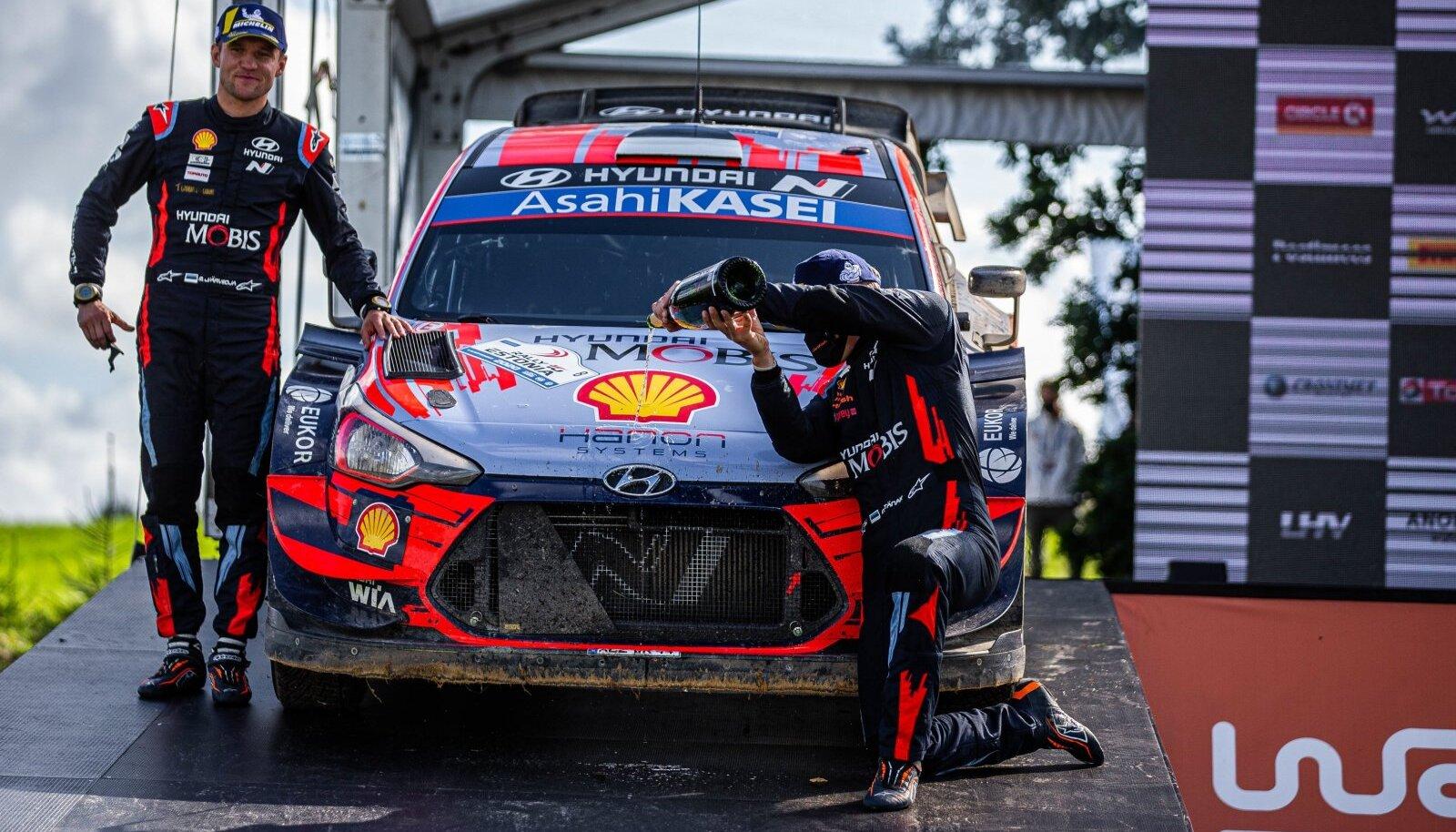 Martin Järveoja ja Ott Tänak eelmisel aastal Rally Estonia võitu tähistamas.