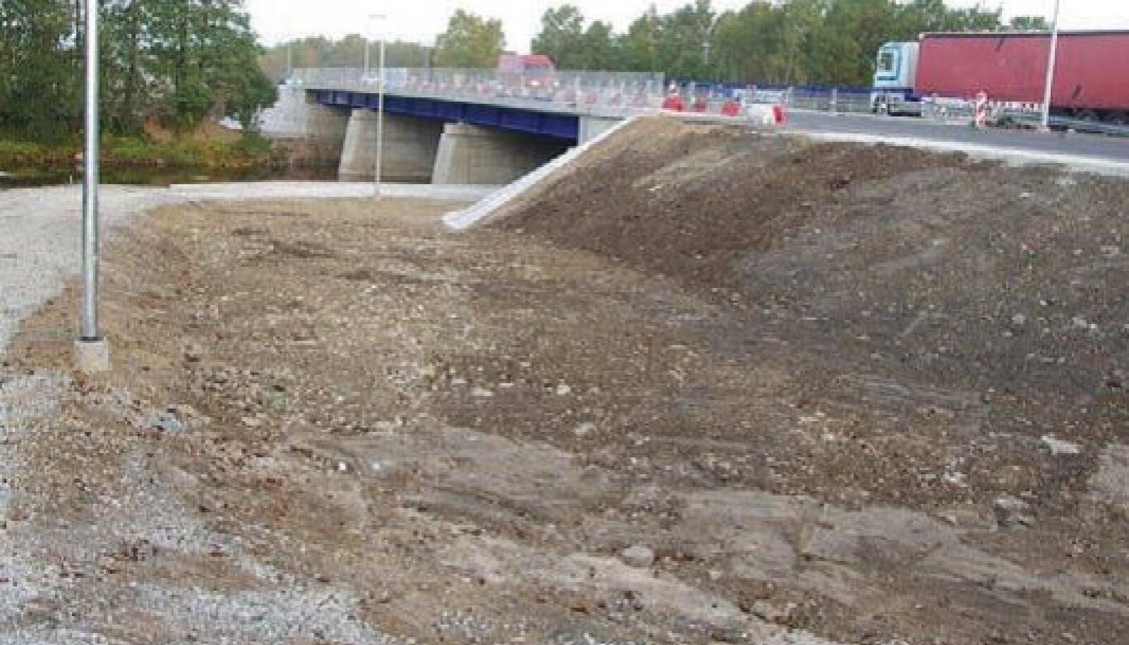 Kergliiklustee kulgeb osaliselt ka silla alt.