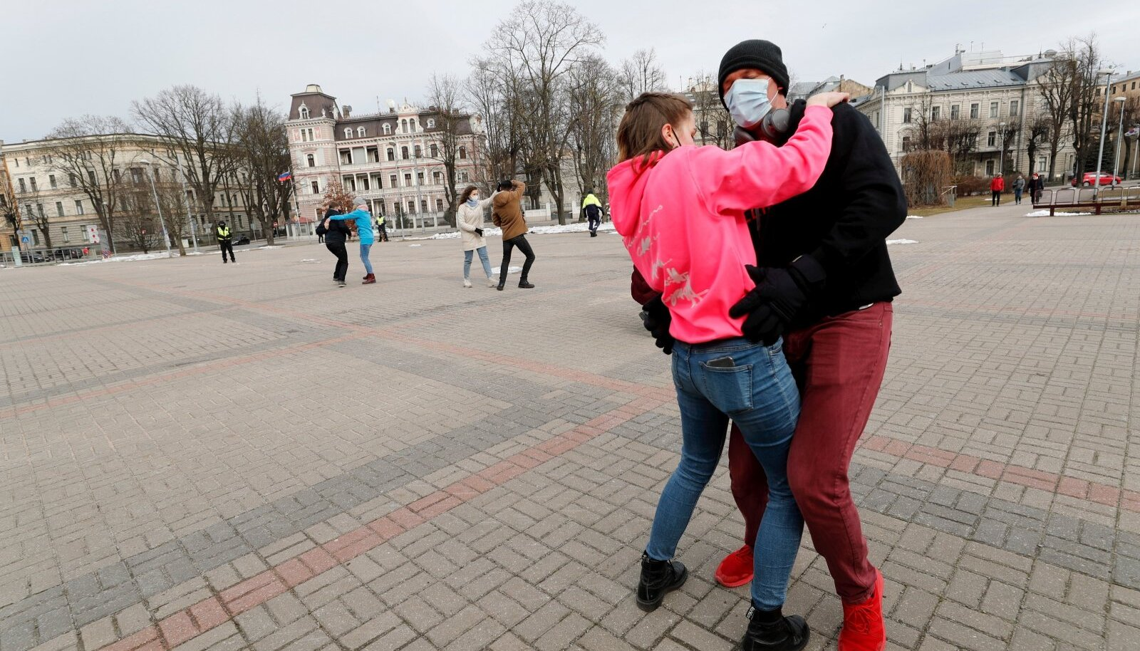 Pühapäevane protestiaktsioon Riias Kronvaldsi pargis, kus piirangute lõppu nõuti tantsu keerutades ja vabas õhus trenni tehes, seejuures reegleid rikkumata.